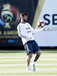 God Of Football, Best Football Players, Adidas Football, Football Soccer, Lionel Messi, Messi 10, Messi Suit, Cr7 Junior, Uefa Champions