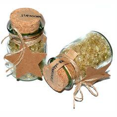 Stärnschnuppe-Bad:Stärnschnuppe-Bad 150g schimmerndes Badesalz in Glas mit Korkzapfen. Sie erhalten eine Glas mit Badesalz. Höhe Glas mit Zapfen ca. 10 cm, Durchmesser ca. 6 cm. INCI - Ingredients: Sodium Chloride, Parfum, PVP/VA C.. Place Cards, Place Card Holders, Bath Salts, Soaps, Bathing, Glass