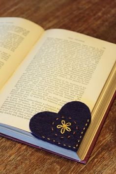 Sewing with Kids — Felt Heart Bookmark (VIDEO) projets de couture facile pour les enfants Craft Gifts, Diy Gifts, Handmade Gifts, Fabric Crafts, Sewing Crafts, Sewing Tips, Sewing Basics, Sewing Hacks, Sewing Ideas
