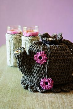 Crochet teapot cover - English pattern at bottom Knitted Tea Cosies, Crochet Coffee Cozy, Crochet Cozy, Hand Crochet, Crochet Granny, Baby Knitting Patterns, Scarf Patterns, Knitting Tutorials, Do It Yourself