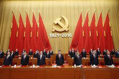 今年7月,包括國家主席習近平(中)在內的中國共產黨政治局常委會成員,在北京的人民大會堂內。該黨要求其成員彼此稱呼「同志」。