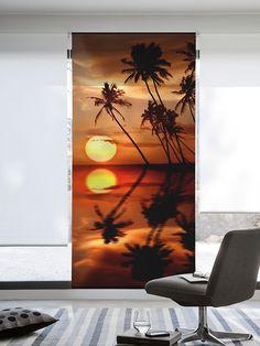 Estor enrollable 818, impreso en alta definición con tintas ultra resistentes al deterioro, con un elegante diseño en el que apreciamos una imagen de una idílica puesta de sol en una playa paradisíaca con el reflejo de las palmeras sobre el mar.