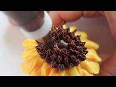 How to Pipe Sunflower's in Buttercream