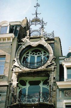 De style art nouveau, la maison Saint-Cyr a été conçue par l'architecte Gustave Strauven. Elle fut construite entre 1901 et 1903 pour servir d'hôtel particulier au peintre Georges de Saint-Cyr. | Erasmusez-vous à Bruxelles https://www.facebook.com/ma.caisse.epargne.normandie#!/ma.caisse.epargne.normandie/app_159166830947571