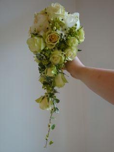Bruidsboeket druppel, met oa witte rozen. &bloemen Borger