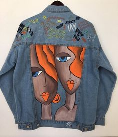 Denim on Denim – The Timeless Trend Painted Denim Jacket, Painted Jeans, Painted Clothes, Denim Coat, Hand Painted, Denim Paint, Diy Jeans, Gilet Jeans, Jacket Jeans