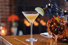 Cinnamon Apple Martini - Apple Pie in a Glass - Apéritif Friday Apple Slices, Apple Pie, Pear Martini, Organic Vodka, Fireball Whiskey, Fall Cocktails, Fresh Apples, Apple Crisp, Fresh Lemon Juice