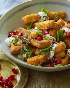Have you ever imagined how halloumi could be even more amazing? The answer is: deep fry it into chips! Halloumi fries are the ulitmate indulgent snack. Halloumi Chips, Fried Halloumi, Gourmet Recipes, Vegetarian Recipes, Cooking Recipes, Healthy Recipes, Vegetarian Party Foods, Vegetarian Christmas Recipes, Vegetarische Rezepte