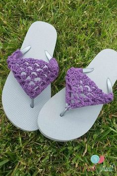 Spruce up your old flip flops with this adorable crochet fix. - The Peekaboo Picot flip flops free crochet pattern was inspired by living in a warm weather climate. Crochet Shoes Pattern, Shoe Pattern, Crochet Slippers, Crochet Gratis, Free Crochet, Knit Crochet, Crochet Chain, Tongs Crochet, Crochet Simple