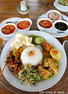 Retour à Bali avec cette recette de Nasi Goreng (servi d'ailleurs dans toute l'Indonésie). C'est une recette facile et rapide à réaliser ... Nasi Goreng, Exotic Food, Indonesian Food, Rice Dishes, Sweet Recipes, Food And Drink, Menu, Lunch, Dining