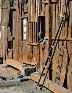 El recordado Tata Vega, alimentando las palomas desde la ventana de una casa que ya no existe.En esa, y otra construcción contigua pasó su niñez el cantante Antonio Prieto.