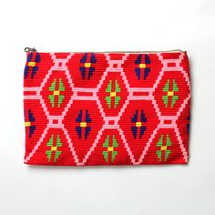 sophie anderson(ソフィーアンダーソン)は、デザイナー・Sophieが南米の先住民族(Wayuu)のハンドメイドのバッグを用いてパリでデビューしたばかりのブランド。ビビッドな色に染めたコットンの糸を使用し、全てハンドメイドで仕上げたクラッチバッグで上品な大人のリゾートスタイルが完成。