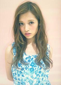 ☆Log hair☆ yuzo hasegawa hair Design(apish) ラフ感のある外人風ゆるめパーマと眺めのながし前髪がデザインポイントです カラーでハイライトをポイントでいれるとさらにおしゃれな女性像に変身!! カット+カラー+パーマ 3時間30分 +ハイライトカラー(40分)