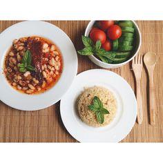 En güzel mutfak paylaşımları için kanalımıza abone olunuz. http://www.kadinika.com Haftada min 2 gün kuru baklagil tüketenler Dışarıda yemeği reddedip akşam yemeği için eve geldim 2.ana öğün(17:30) Zeytinyağlı kuru fasulye(üzerinde acı pul biber) ve bulgur. Salata olmaya üşenilmiş domates&salatalık…