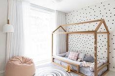 Preto, branco e uma atmosfera de sonho dão o tom do quarto de Joana. O projeto de Julia Villela, do ESTUDIO VILLA, traz cama casinha e parede de bolinhas.