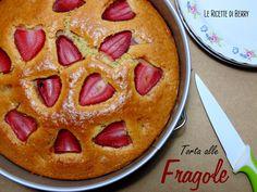 La torta alle fragole senza burro, latte e uova è una bellissima torta di primavera, morbida e golosa, profumatissima. A me piace moltissimo, infatti quella