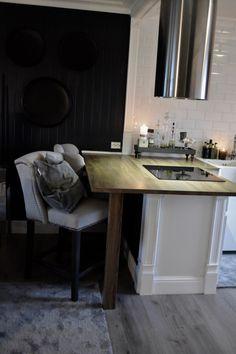 En tur innnom kjøkkenet.   Villa Paprika Villa, Kitchen Interior, Dining Bench, Table, Kitchen Island, Furniture, Home Decor, Sweet, Mudpie