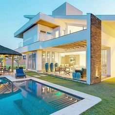 Find images and videos about luxury, house and pool on We Heart It - the app to get lost in what you love. Dream Home Design, Modern House Design, Home Building Design, Building A House, Future House, 2 Storey House Design, Luxury Homes Dream Houses, Dream House Exterior, Sims House
