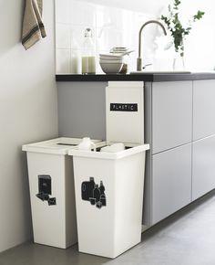 In de keuken wordt het meeste gerecycled. Om het iedereen makkelijk en duidelijk te maken, plaats twee gelabelde prullenbakken naast elkaar. Zo wordt afvalscheiden voor iedereen in huis een gewoonte. | IKEA IKEAnl IKEAnederland Duurzaam Duurzaamleven Lifestyle Recyclen Upcyclen Weggooien Scheiden Afval