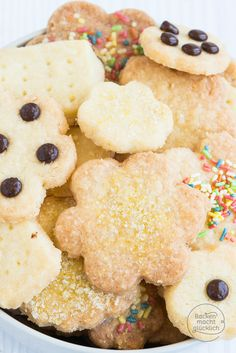 Für dieses einfache und schnelle Keksrezept braucht ihr nur Mehl, Zucker und Butter. Die perfekten 3-Zutaten-Kekse ohne Ei | http://www.backenmachtgluecklich.de