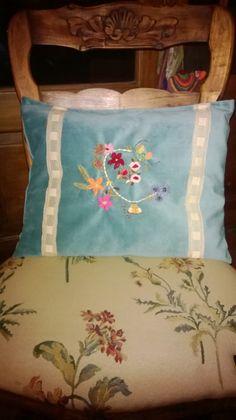 Almohadón bordado en tela de pana, con aplique de puntillas antiguas