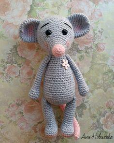 Милый вязаный мышонок - ещё одна игрушка, достойная Вашего внимания. Описание вязания от Новиковой Анны .