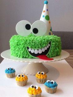 Monster cake and mini monster cupcakes Monster Cupcakes, Monster Party, Monster Birthday Cakes, Monster Birthday Parties, Birthday Cupcakes, Dog Birthday, Party Monsters, Mini Monster, Halloween Birthday