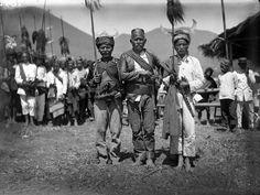 Image from https://upload.wikimedia.org/wikipedia/commons/d/d7/COLLECTIE_TROPENMUSEUM_Drie_Manggarai-mannen_in_feestkleding_TMnr_10005931.jpg.