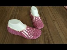 how to easy a crochet knitting/ easy booties Crochet Sandals, Crochet Boots, Crochet Slippers, Crochet Videos, Free Crochet, Free Pattern, Baby Shoes, Crochet Patterns, Socks