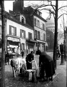 Unknown photographer. Laundry day, place du tertre montmartre in Paris between 1895 and 1925.