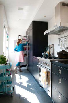 KARWEI | De keuken van Angela en Dennie is zowel eigentijds als stoer en heeft veel opbergruimte door de hoge kasten #binnenkijker  #ideevankarwei  #karwei