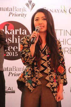 Vemale.com - Desainer Indonesia memang banyak yang memiliki ide inovatif, salah satunya adalah wanita cantik ini. Mau tahu busana seperti apa yang ia tampilkan dalam JFW 2015? Yuk dengar ceritanya.