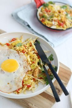 Thanksgiving leftovers breakfast hash is a warm, hearty delicious breakfast with turkey, dressing, gravy and a fried egg! Veggie Recipes, Low Carb Recipes, Healthy Recipes, Clean Eating, Healthy Eating, Lucky Food, Arroz Frito, Lunches And Dinners, No Cook Meals