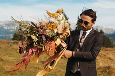 Cum iti alegi buchetul de mireasa pentru nunta ta | DESPA FILMS Wedding Vendors, Wedding Blog, Wedding Bouquets, Wedding Dresses, Kate Middleton, Instagram Feed, Wedding Inspiration, Thursday, Amazing