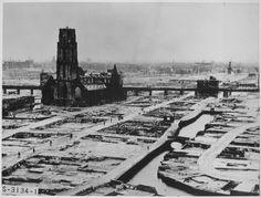 Centro de Rotterdam após bombardeio de 1940 pelos nazistas. A arruinada igreja de St. Lawrence foi restaurada.  - Wikipédia, a enciclopédia livre.