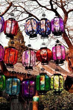 A bunch of pretty bohemian lanterns in he backyard Décor Boho, Bohemian Decor, Bohemian Homes, Deco Cafe, Boho Dekor, Deco Boheme, Boho Home, Garden Spaces, My New Room