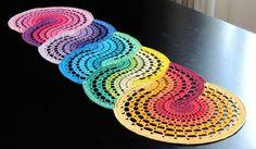 Trilho de mesa feito com linha de algodão. Dimensões: 1,18 m x 30 cm. Produto em estoque.