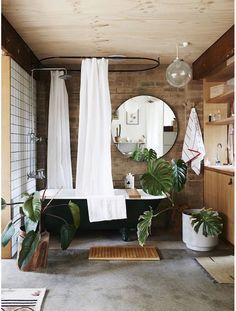 Une salle de bain avec un mur brut pinterest deco inspiration intérieur