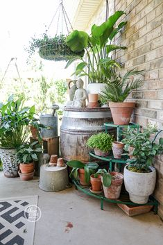 Oliver and Rust Outdoor Living Patio 2018 - Modern House Plants Decor, Patio Plants, Plant Decor, Indoor Plants, Front Porch Plants, Small Courtyard Gardens, Small Gardens, Small Balcony Garden, Porch Garden