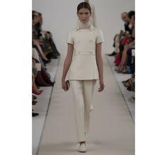 Le défilé haute couture 945 Sala Bianca de Valentino http://www.vogue.fr/mariage/tendances/diaporama/le-defile-haute-couture-945-sala-bianca-de-valentino-a-new-york-mariage-robes-de-mariee/21593/image/1122657#!12