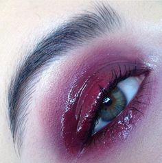 I think that the gloss eyeshadow has a nice sexual vibe to it Glossy Lids, Glossy Makeup, Skin Makeup, Makeup Inspo, Makeup Art, Makeup Inspiration, Beauty Makeup, Movie Makeup, Gloss Eyeshadow