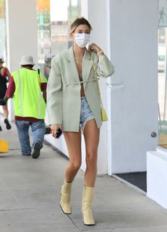 Yellow Boots, Yellow Blazer, Baldwin Denim, Blazer Outfits Casual, Hailey Baldwin Style, Blazer And Shorts, Oversized Blazer, Office Fashion, Short Shorts
