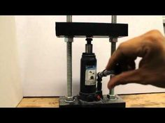 How to make a homemade hydraulic press with a car jack, u channel steel (u beam) and threaded bar. It is not finished. - Come costruire una pressa idraulica Home Tools, Diy Tools, Homemade Tools, Metal Bending, Jewelry Making Tools, Diy Rings, Metal Fabrication, Lowes Home Improvements, Craft Tutorials
