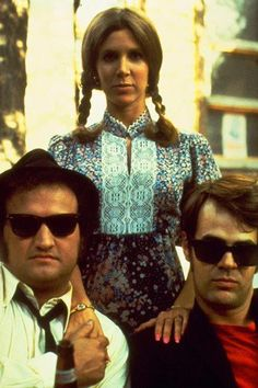John Belushi, Carrie Fisher and Dan Aykroyd on the set of -The Blues Brothers, 1980 Cultura Pop, Blues Brothers Movie, Carrie Frances Fisher, Princesa Leia, Tv Icon, Debbie Reynolds, Looks Cool, Great Movies, Movies Showing