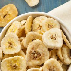 Heb je trek in een lekkere snack? Probeer dan eens bananenchips! Zelf maken is eenvoudig en de calorieën heb je zelf in de hand! Raw Food Recipes, Sweet Recipes, Healthy Recipes, No Sugar Snacks, Tapas, Healthy Snacks, Good Food, Food And Drink, Easy Meals