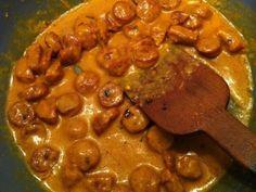 θεϊκή σάλτσα για μακαρόνια με λουκάνικο και μουστάρδα Υλικά: 3 μέτρια χωριάτικα λουκάνικα 200 γραμμάρια τυρί gouda 500 γραμμάρια μακαρόνια μουστάρδα πάπρικα μπούκοβο αλάτι λίγο φρέσκο γάλα Εκτέλεση: Κόβουμε σε ροδέλες τα λουκάνικα και τα σοτάρουμε στο τηγάνι με λίγο λαδάκι. Χαμηλώνουμε την φωτιά και προσθέτουμε