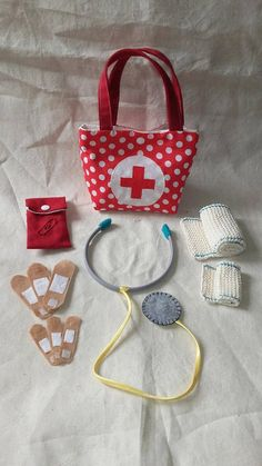 Hello doctor, my teddy bear is very ill! Hello doctor, my teddy bear is very ill! Sewing For Kids, Diy For Kids, Crafts For Kids, Sewing Toys, Sewing Crafts, Sewing Projects, Felt Diy, Felt Crafts, Kids Dress Up