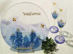 September25ArtStudio グラスペイント プロフェッショナル認定講師 千葉柏スタジオ 清水友子 【作品紹介】 Bluebonnetsへようこそ…  テキサス州花のブルーボネット。 一面に広がった青紫色の花がとても素敵でお教室名にしました。 その時の爽やかな気持ちでお迎え出来るように、ウエルカムプレートを作りました。 【グラスペイント講師を始めた理由】  キラキラ輝くガラスに透明感の有る鮮やかな絵の具。 磁器とは、また違った絵付けに興味を持ちました。 素敵なガラスペイントの世界をお伝えしたいです。 【メッセージ】  自宅教室とオーダー(一部ウエディング含む)品を作らせて頂いています。 イオンカルチャースクール船橋店でも、体験会のお受付しております。 手作りのお気に入りの品を、作る楽しさ…使う楽しさ…差し上げて喜ばれる嬉しさ… そんな素敵な気持ちを感じて貰えるように、個々に合わせたご提案をして行きたいです。 【教室紹介】 ◇イオンカルチャースクール船橋店で随時募集中 ◇September25ArtStudio 千葉柏スタジオ… Decorative Plates, Home Decor, Homemade Home Decor, Interior Design, Home Interiors, Decoration Home, Home Decoration, Home Improvement