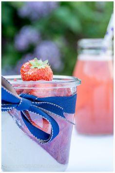 Rezept für Kokos-Panna-Cotta und Rhabarber-Erdbeermus by 180° Salon