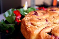 Der Rosenkuchen mit Kirschen, Karamell und Haselnüssen ist total saftig und lecker: http://www.torten.org/rosenkuchen-zum-muttertag/